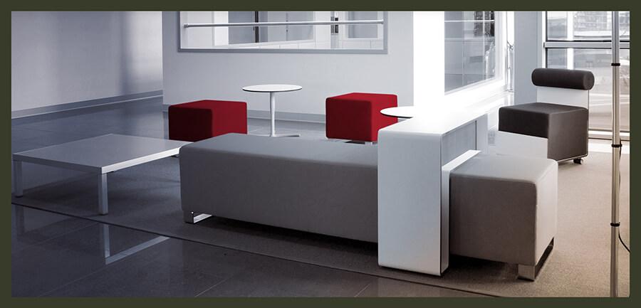Salottino business arredato con mobili di design realizzati su misura