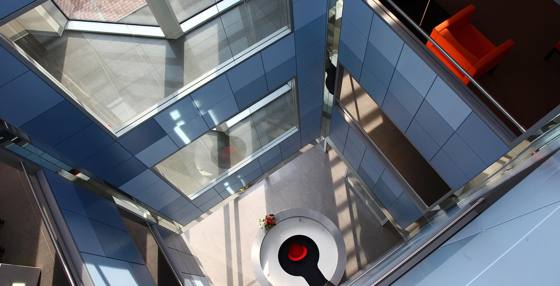 Vista dall'alto di reception arredata con mobili realizzati su misura da Riva Arredamenti